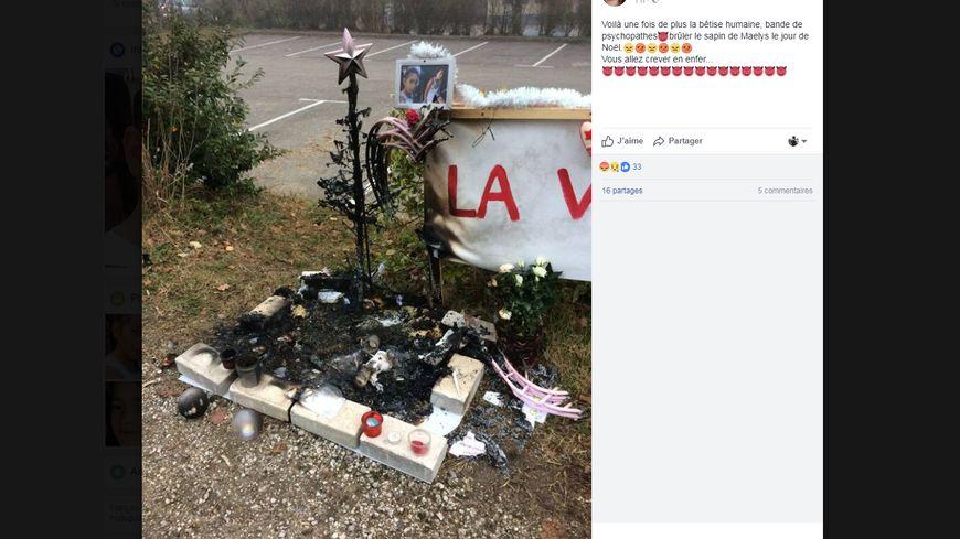 Le sapin incendié, devant la salle des fêtes de Pont-de-Beauvoisin.