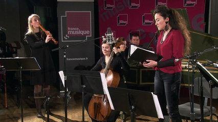 Concert studio d'Amarillis : l'ensemble de musique baroque joue deux airs de Thésée de Lully avec Stéphanie d'Oustrac, et le Prélude de Marin Marais avec Louis Sclavis. Enregistrement le 19 novembre 2014.