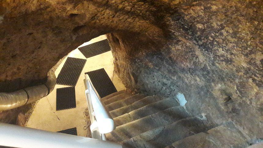 L'escalier mène aux galeries souterraines de la fromagerie place de la Motte.
