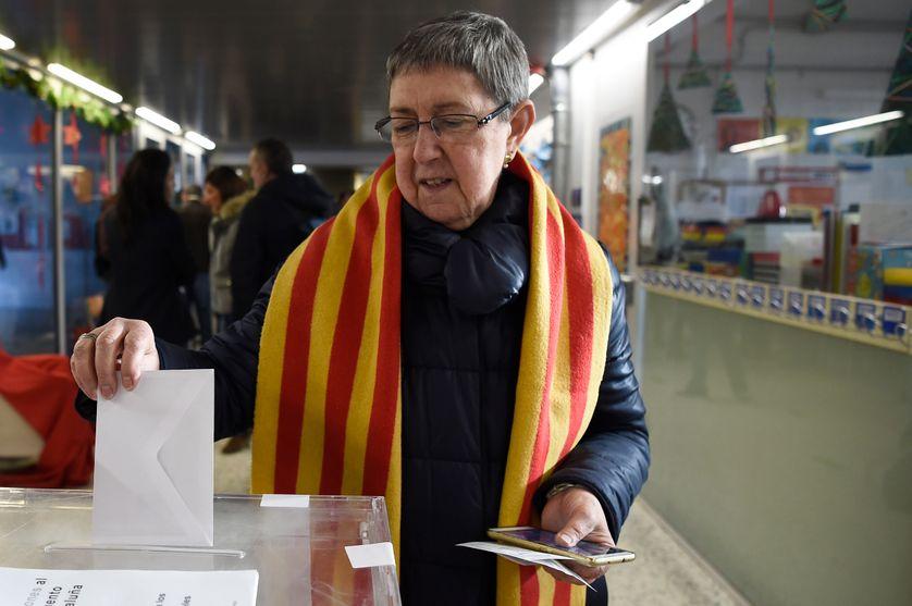 Une femme qui vote à Sabadell ce jeudi