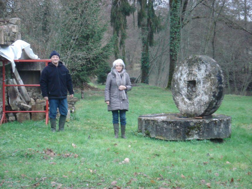 Gilles et Régine Garraut devant l'ancienne meule du moulin à huile.