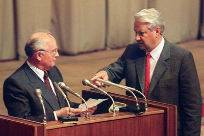 Une photo prise le 23 août 1991, pendant le putsch montre le président russe Boris Eltsine en train de faire des gestes contre le président soviétique Mikhaïl Gorbatchev à Moscou.
