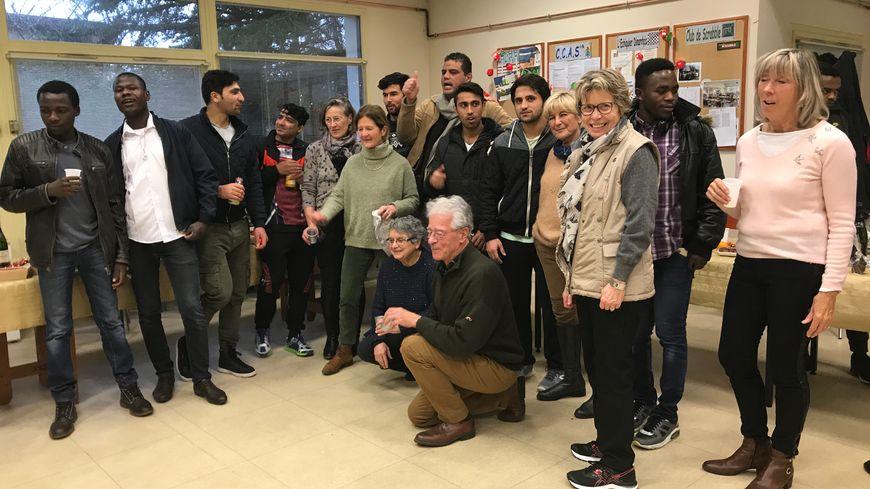 Bénévoles dinardais et migrants rassemblés pour une photo souvenir