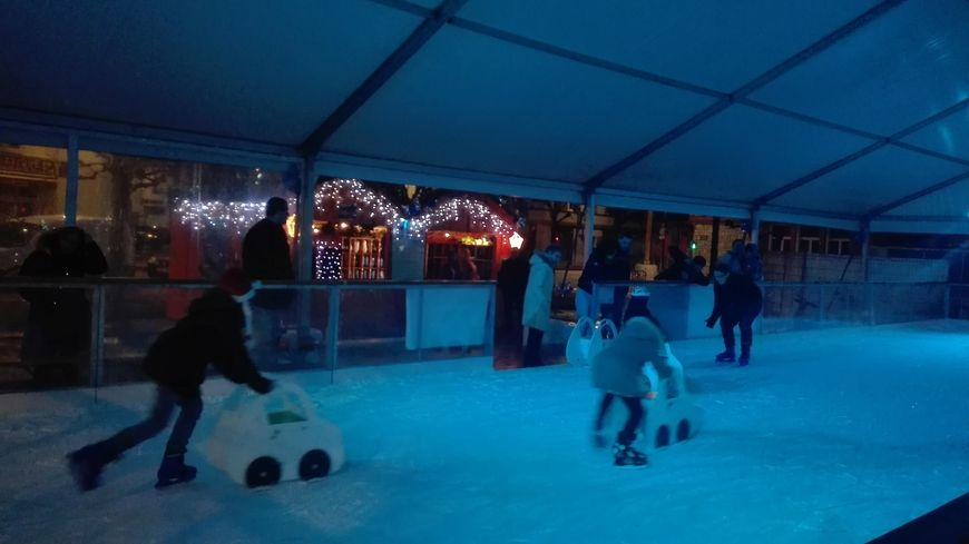 Une cinquantaine de personnes ont chaussé leurs patins le jour de Noël.