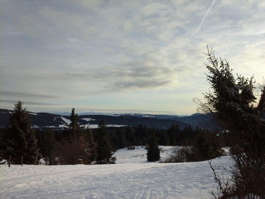 Les montagnes du Jura, et les Alpes en toile de fond... entre les deux, la Suisse, tout près des Hôpitaux Neufs où nous avons aussi pris l'air!