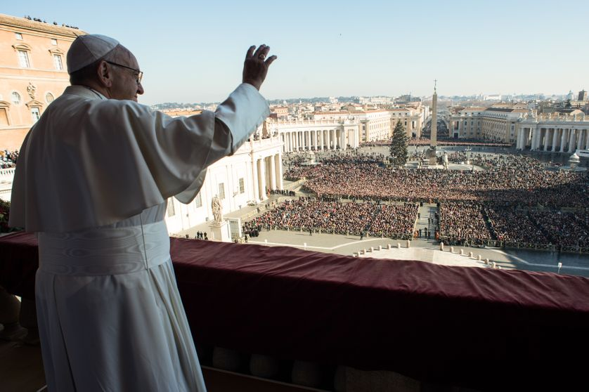 """Le pape François ce lundi devant 50.000 personnes venues écouter son message et recevoir la traditionnelle bénédiction """"Urbi et orbi"""" (""""à la ville et au monde"""")"""
