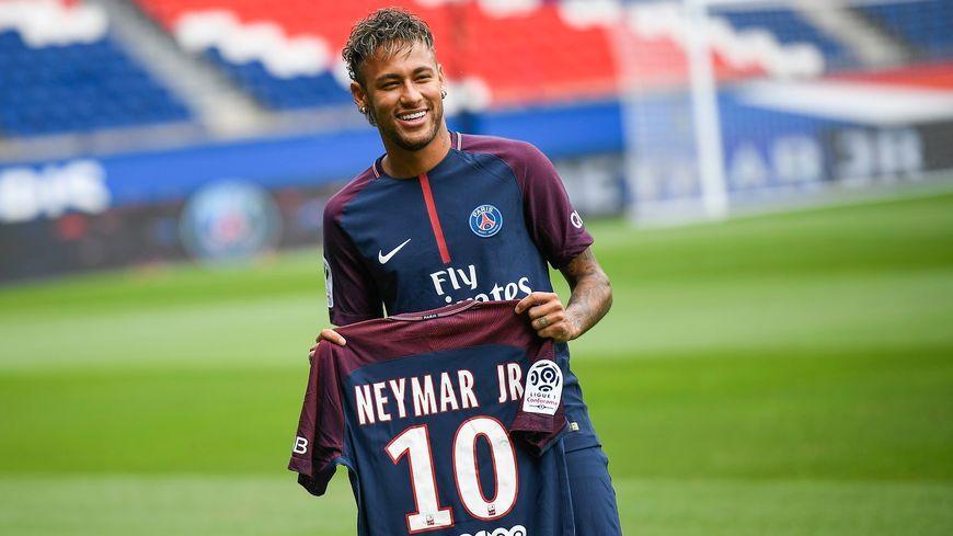 Neymar pose avec son nouveau maillot du PSG. © AFP - Lionel Bonaventure
