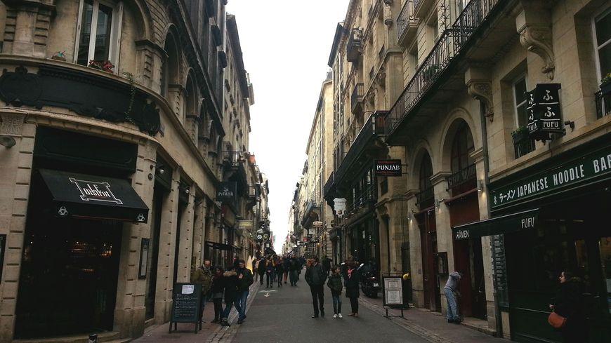 La rue Saint Rémi à Bordeaux près de la place de la Bourse peut parfois être bruyante la nuit