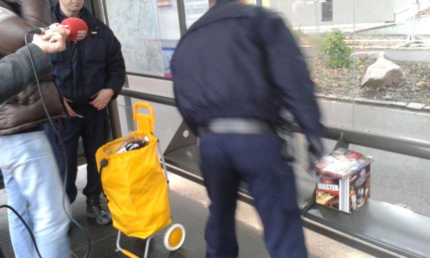 Opération de contrôle et saisie de pétards à la station de tramway Port-du-Rhin à Strasbourg, le 30 décembre 2017.