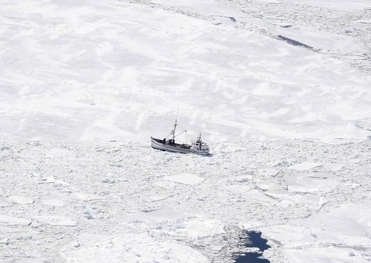 Un bateau coincé sur la banquise (CANADA)
