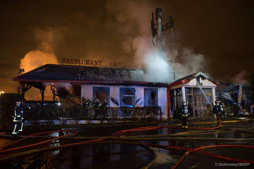 Les pompiers ont eu besoin de 5 lances pour maîtriser le sinistre.