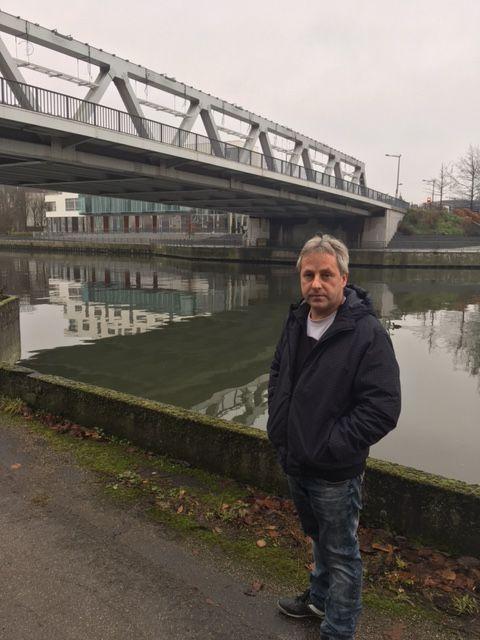 Le père d'Alexis devant le pont où son portable et son manteau, plié, ont été retrouvés
