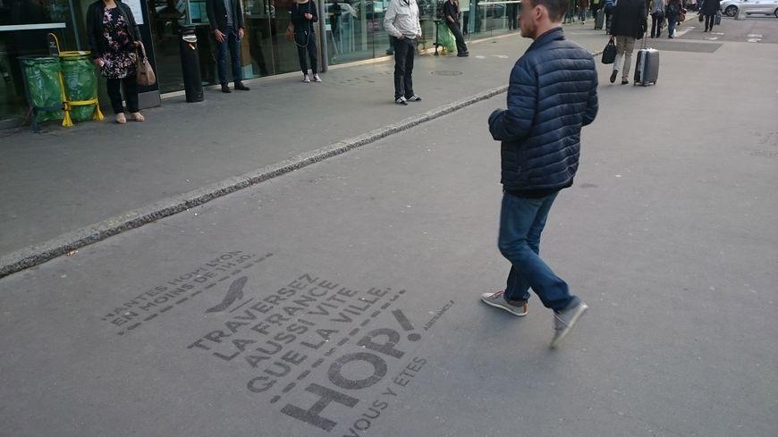 Des publicités éphémères sauvages ont déjà occupé les trottoirs nantais, ici devant la gare de Nantes (Droits : Biodegr'ad).