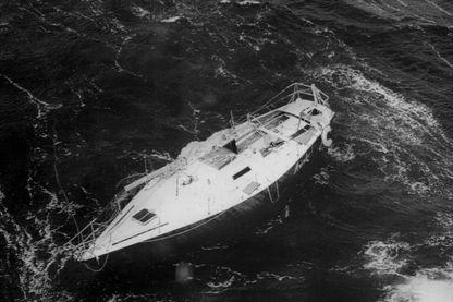 Un des voiliers participant à la course à la voile du Fastnet, est abandonné, le mât cassé, le 15 Août 1979, en mer d'Irlande.