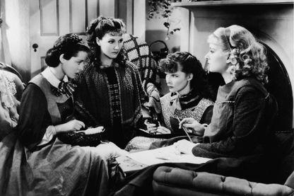"""Frances Dee, Jean Parker, Katharine Hepburn et Joan Bennett sur le tournage de """"Little women"""", film adapté du roman de Louisa May Alcott"""