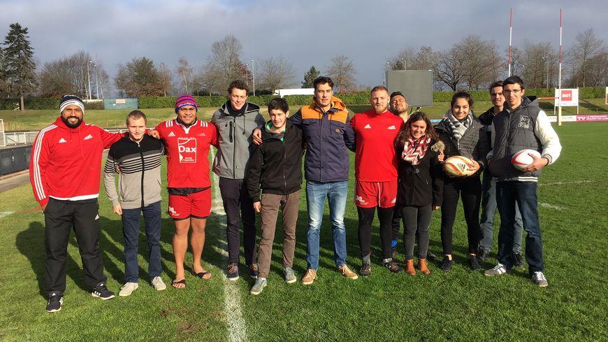 Les jeunes lycéens d'Hector Serres avec les joueurs de l'US Dax.
