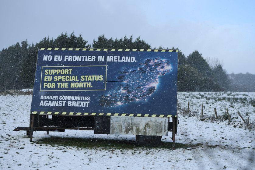 Panneau sur la route de Newry contre l'existence d'une frontirère physique entre les deux Irlandes.