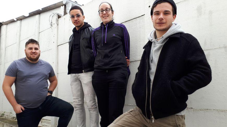 Linda entourée de gauche à droite de Santiana, Simon et Milo.