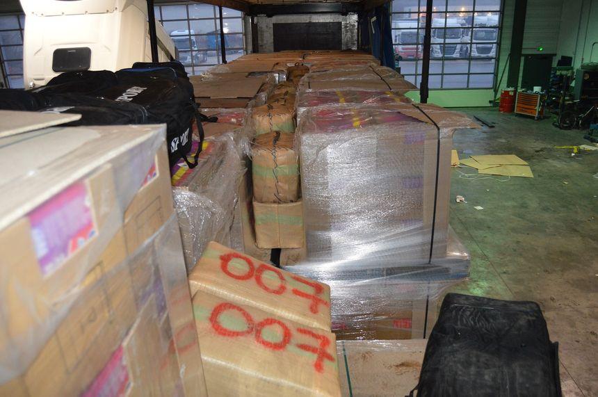 La drogue était caché dans les sacs noirs et le ballots au milieu de palettes de cartons