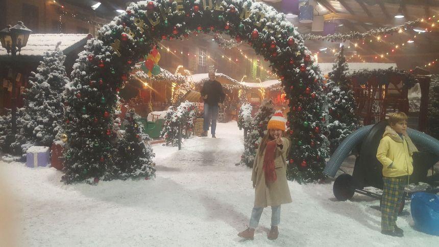 Un marché de Noël grandeur nature a été reconstitué dans le hangar.