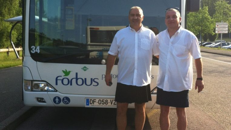 Les chauffeurs de bus de Forbach en jupe, pour réclamer le droit de venir travailler en bermuda lors de la canicule de juin 2017.