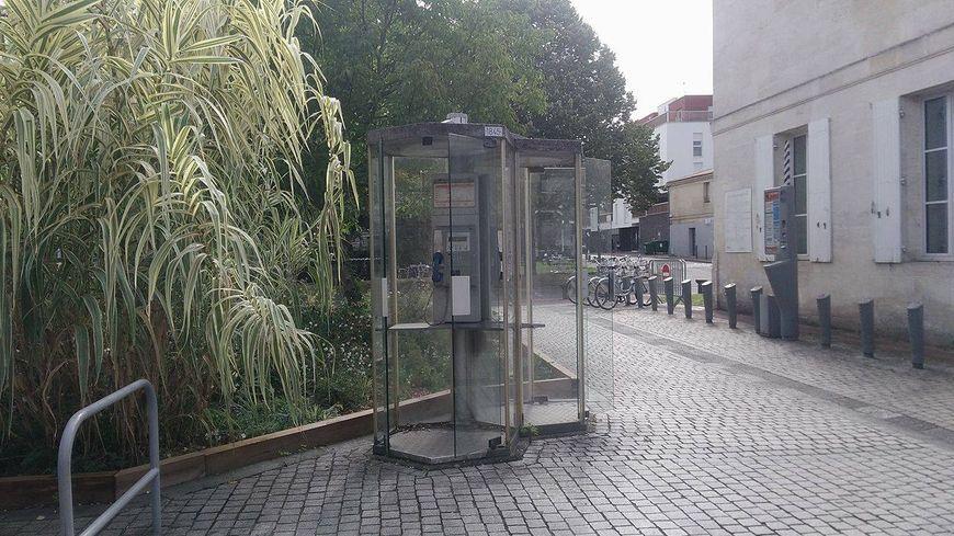 La dernière cabine téléphonique devant la mairie de Bruges.