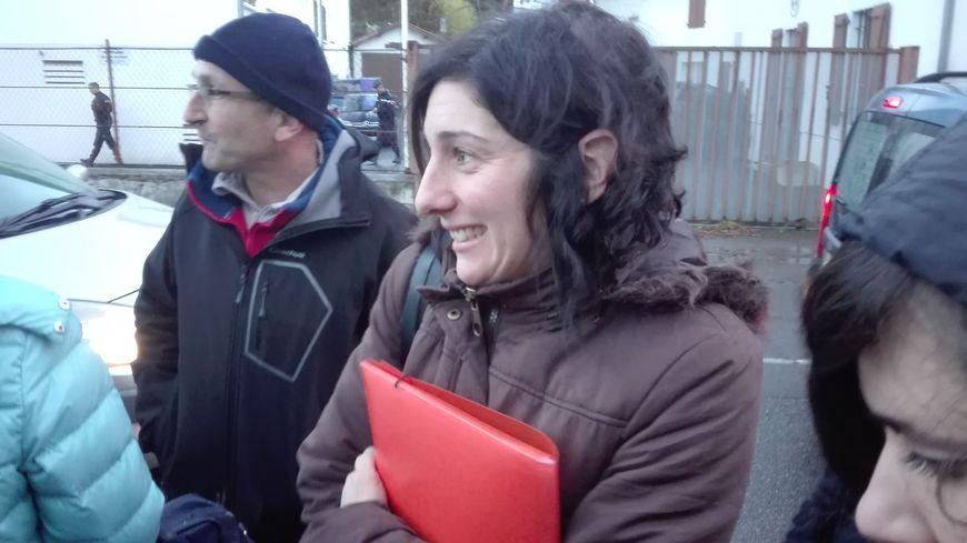Cathy Chabalgoity à la sortie de la gendarmerie de Mauléon