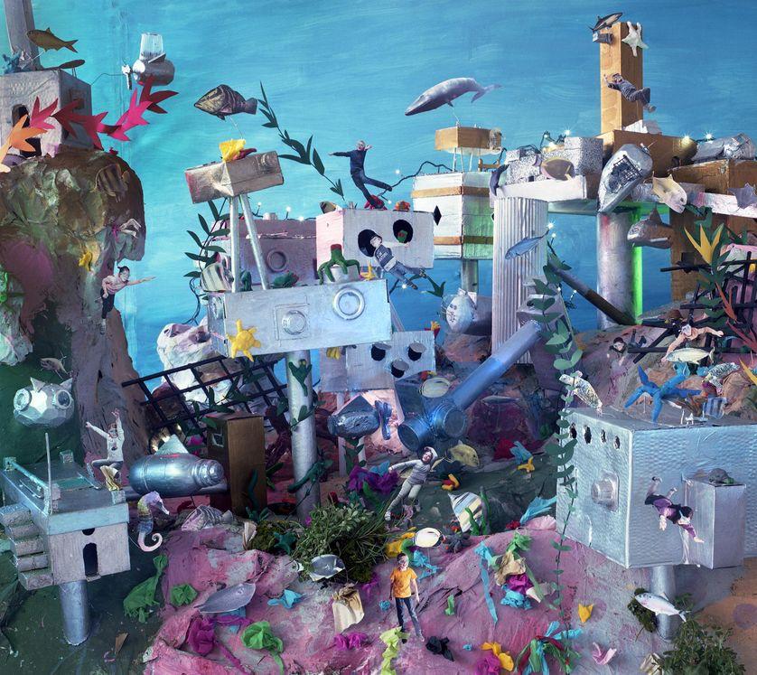 La Ville aquatique Oeuvre réalisée lors d'un atelier à La Source-La Guéroulde avec l'artiste Vivian van Blerk et 10 enfants. Durant l'atelier les enfants ont imaginé un monde du futur sous-marin.