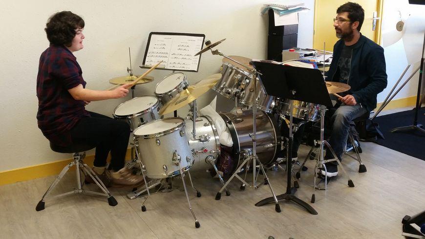 Au conservatoire de Brive, Antoine Mas dispense tous les mercredis des cours de musique à Zélia atteinte d'autisme
