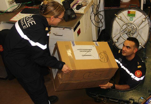 L'équipage du Jean-de-Vienne prépare la distribution de cadeaux qui ont été spécialement préparés à leur attention.