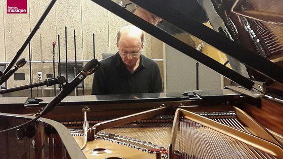 Guillaume de Chassy au piano du studio 107