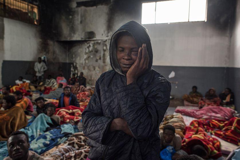 Un migrant dans un centre de détention en Libye