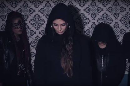 """Capture d'écran extraite du clip """"Balance ton porc"""" de la rappeuse française Chilla"""
