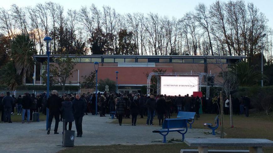 Des milliers de personnes se rassemblent devant la salle polyvalente de Saint-Féliu-d'Avall pour les obsèques des victimes.