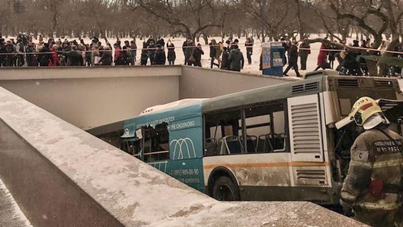 Le bus qui a foncé sur un passage souterrain à Moscou, le 25 décembre 2017, fauchant et tuant des passants.