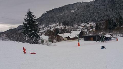 Située à 600 mètres, il ne manque que 5 centimètres de neige à la petite station vosgienne des Truches, à Rochesson, pour faire tourner le téléski.
