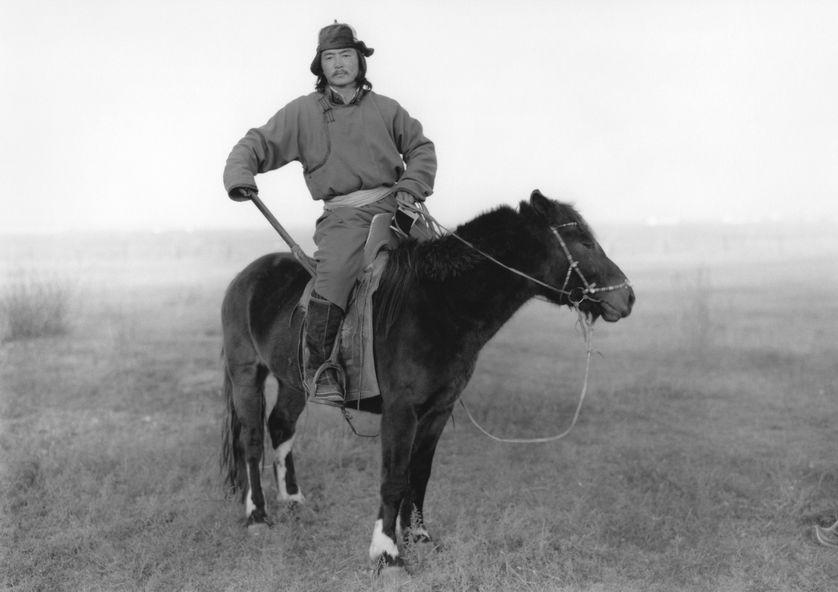 Bolbaatar le cavalier et artiste peintre mongole, membre de l'équipée de 1990 photographié par son compagnon de voyage