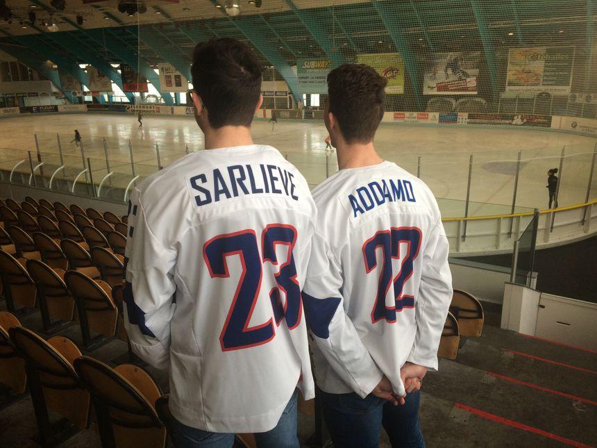 Le nom floqué sur leur maillot de l'équipe de France, à la patinoire de Clermont-Ferrand