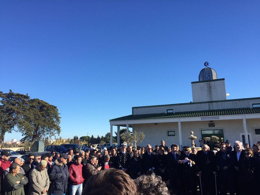 Rassemblement devant la mosquée de Perpignan.