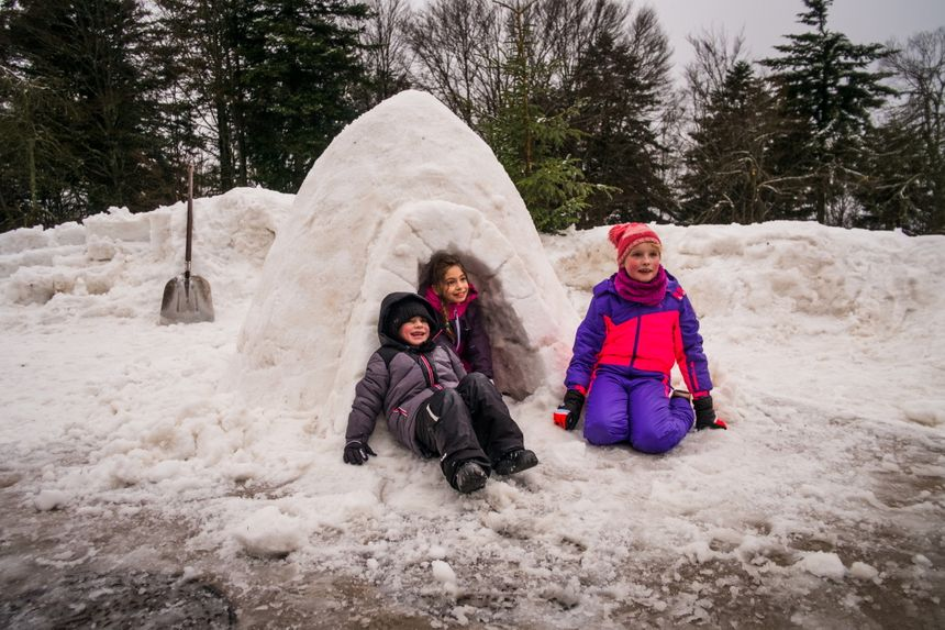 Construction d'igloo à la Planche des Belles Filles. Jonas, Maxine et Séverine devant leur chef d'oeuvre.