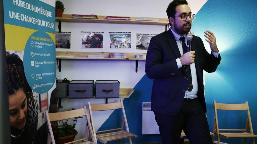 Le secrétaire d'état chargé du numérique, Mounir Mahjoubi, est venu dans les locaux d'Emmaüs connect à Bordeaux présenter la stratégie d'inclusion numérique du gouvernement.