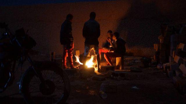 Sinama et Ibrahim s'apprêtent à partir dans le désert, direction la Libye et espèrent-ils, l'Europe.