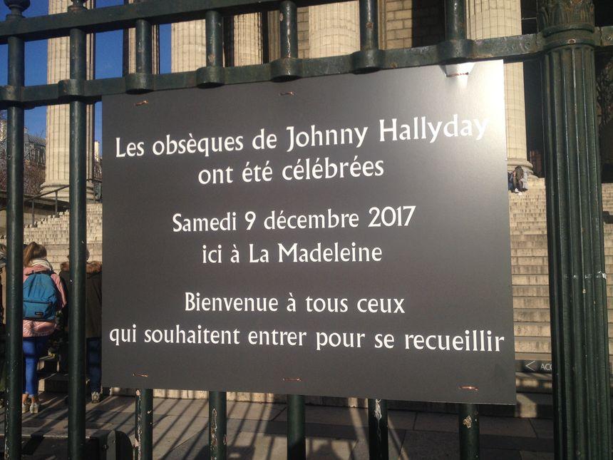 L'église a apposé une plaque sur les grilles, pour permettre aux fans d'identifier le lieu facilement