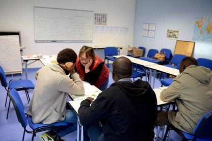 Cours d'alphabétisation dans l'ancienne maison de retraite de Cancale qui fait office de centre d'accueil et d'orientation (CAO) temporaire