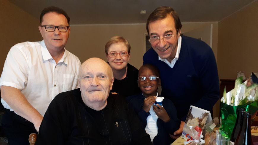 Roger entouré de François bénévole aux Petits Frères des Pauvres (à droite) et d'amis venus lui rendre visite pour Noël.