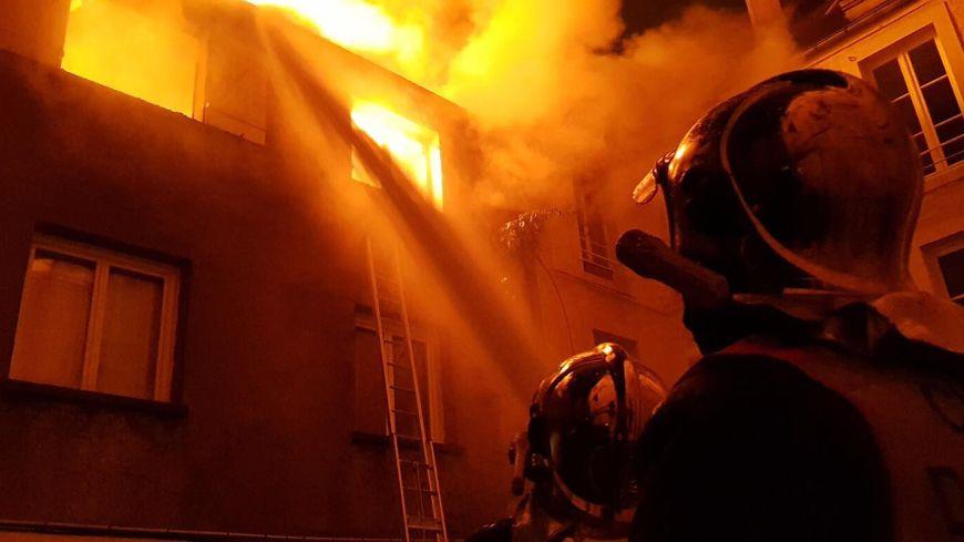 En tout, cinq lances d'incendie ont été nécessaires pour venir à bout des flammes.