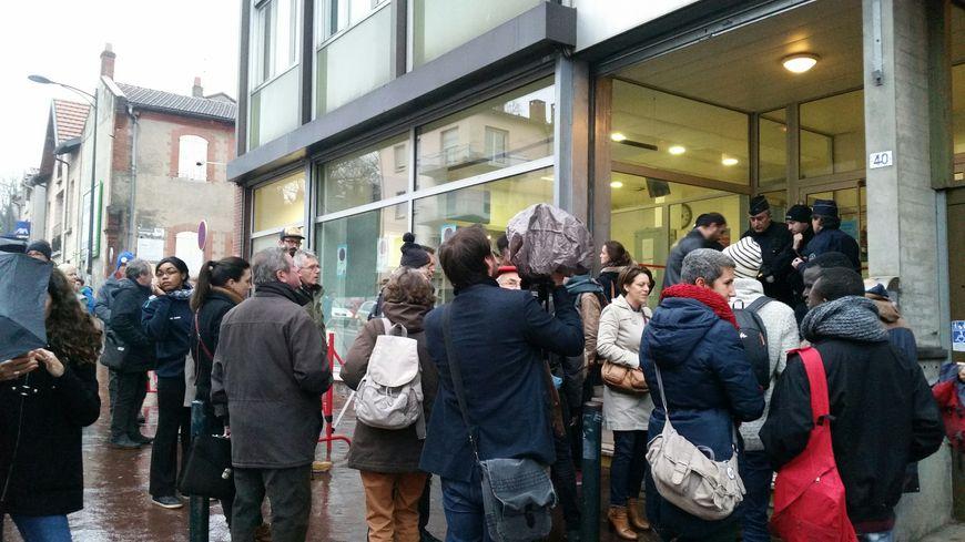 Plusieurs dizaines de personnes sont venues soutenir les jeunes migrants devant le tribunal d'Instance de Toulouse
