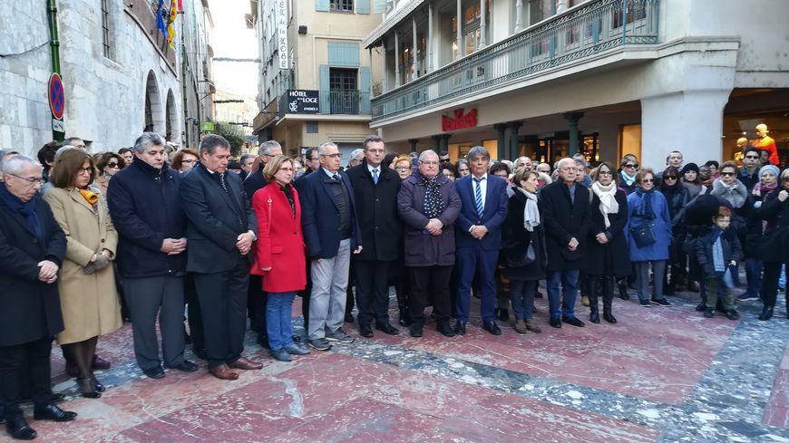 La minute de silence a rassemblé beaucoup de monde devant l'hôtel de ville de Perpignan.