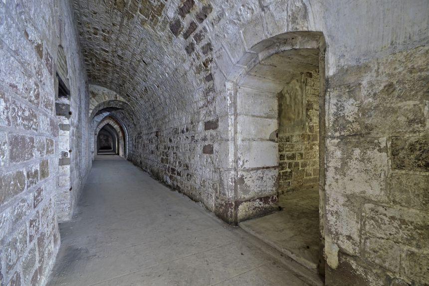Une galerie en béton du casernement du fort de Golbey.