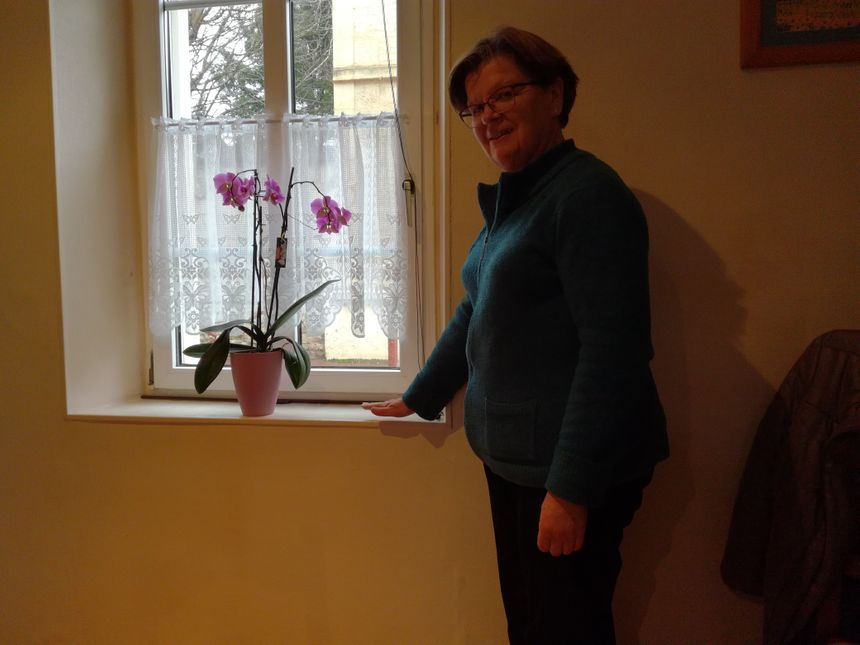 Noëlle Houssain est née à Louvigny et a toujours vécu dans sa maison actuelle. Elle nous montre jusqu'où arrivait l'eau chez elle lors des précédentes inondations.